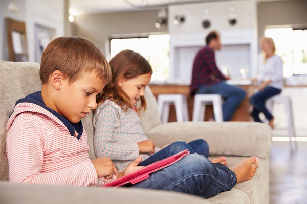 Article image for Parents admit they struggle to limit their children's screen time