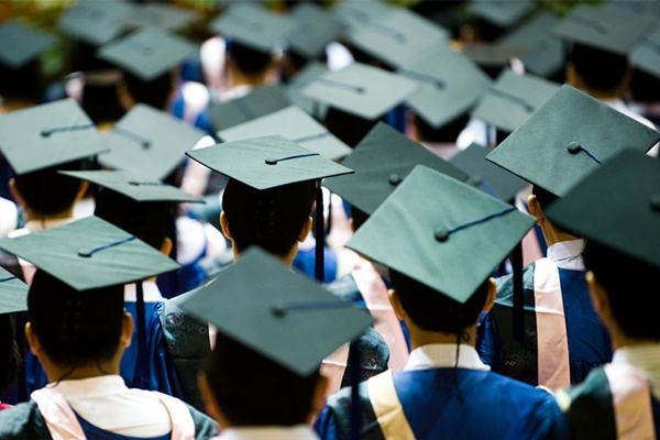 Article image for The earning gap between uni and high school graduates is narrowing