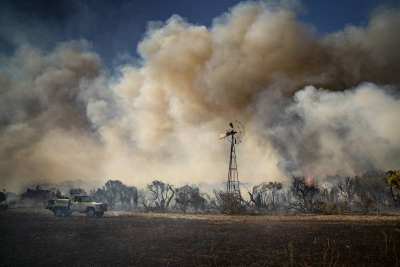 Article image for EMERGENCY WARNING: Fires continue to rage in Shires of Gingin and Dandaragan