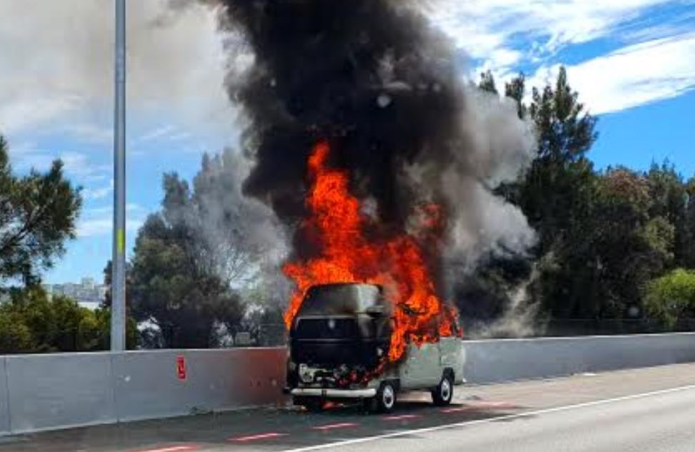 Article image for Raging car fire causes traffic chaos on Kwinana Freeway