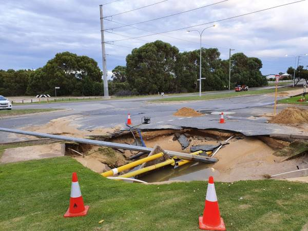 Article image for Traffic chaos after sink hole opens up in Perth's north