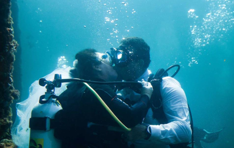 Article image for Scuba couple tie the knot in WA's first underwater wedding