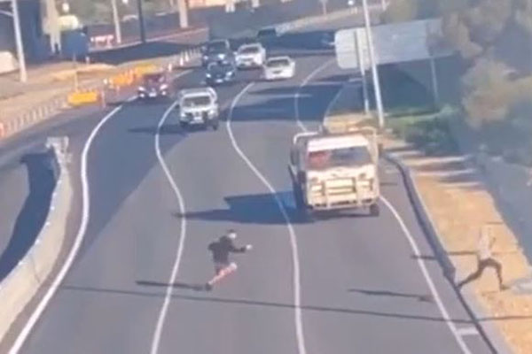 Article image for Kids dodge traffic in dangerous freeway stunt