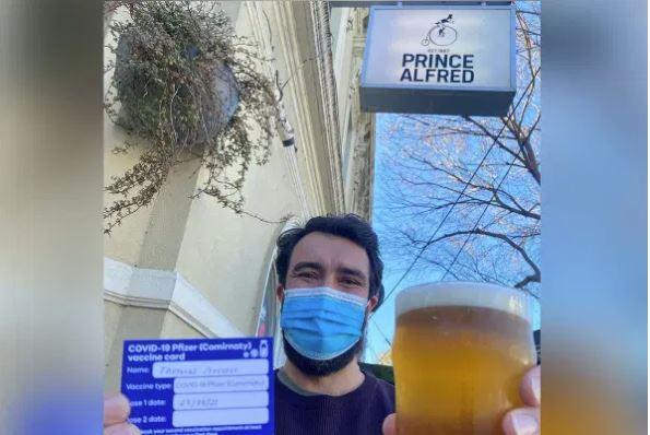Article image for Scott Morrison backs pub after TGA bans its vaccine for beers incentive